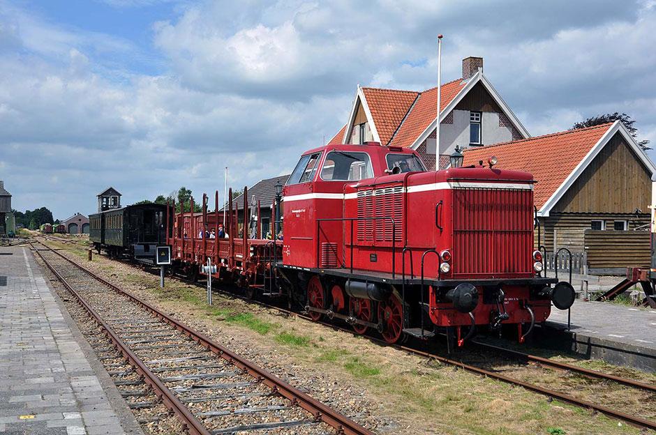 STAR diesellocomotief met de gerestaureerde wagens. Foto: Klaas Vijfschagt.