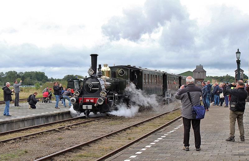 De-Bello-van-de-Museumstoomtram-Hoorn-Medemblik-vertrekt-voor-een-rit-naar-Musselkanaal---Foto-Elvira-Wijshake
