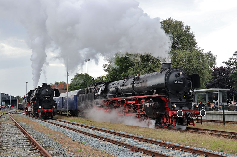 Stoomlocomotieven-01-1075-en-52-8060-in-Veendam---Foto-Peter-Wijshake